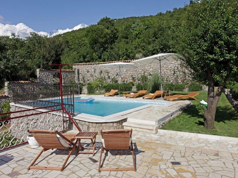 Ferienhaus mit großer Terrasse, Grill und Pool, casa vacanza a Donji Zagon