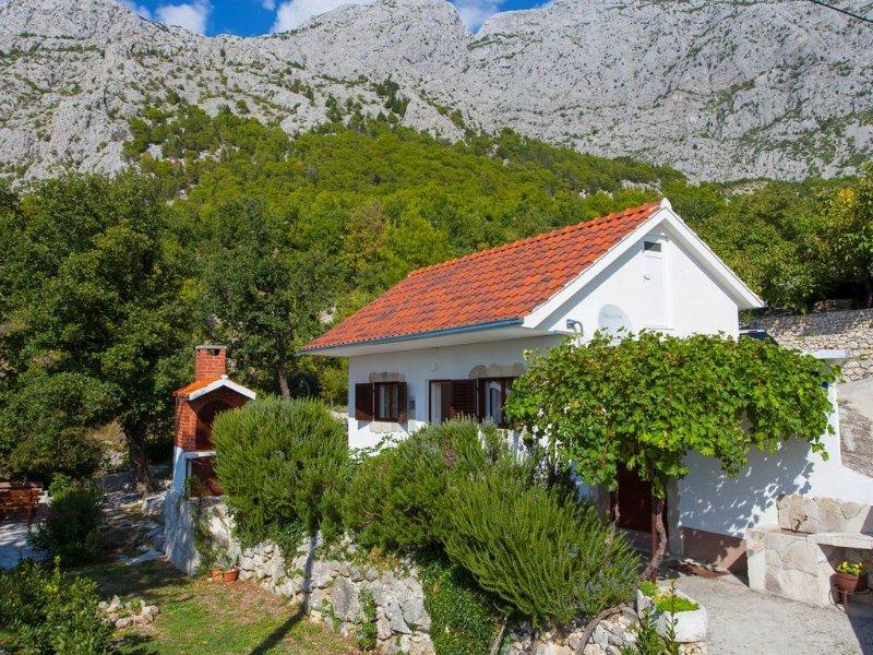 Ferienhaus in ruhiger Lage mit Jacuzzi, vacation rental in Tucepi