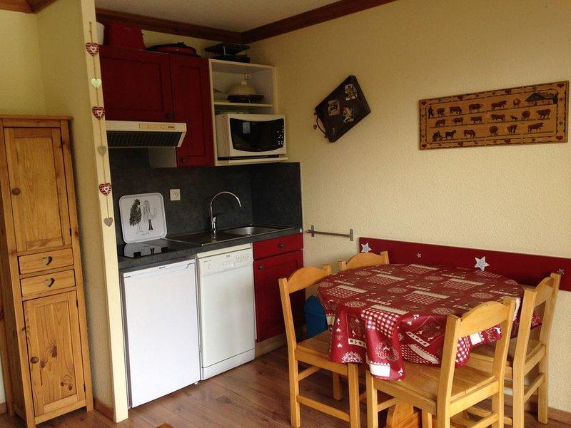 Appartement 4 personnes dans résidence 4 étoiles avec piscine chauffée et sauna, holiday rental in Isere