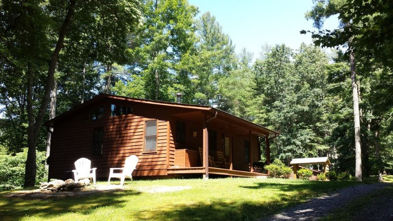 Vacation Rental Cabin w/2 person Hot Tub in WNC Mountains - Perfect for Couples!, location de vacances à Hot Springs