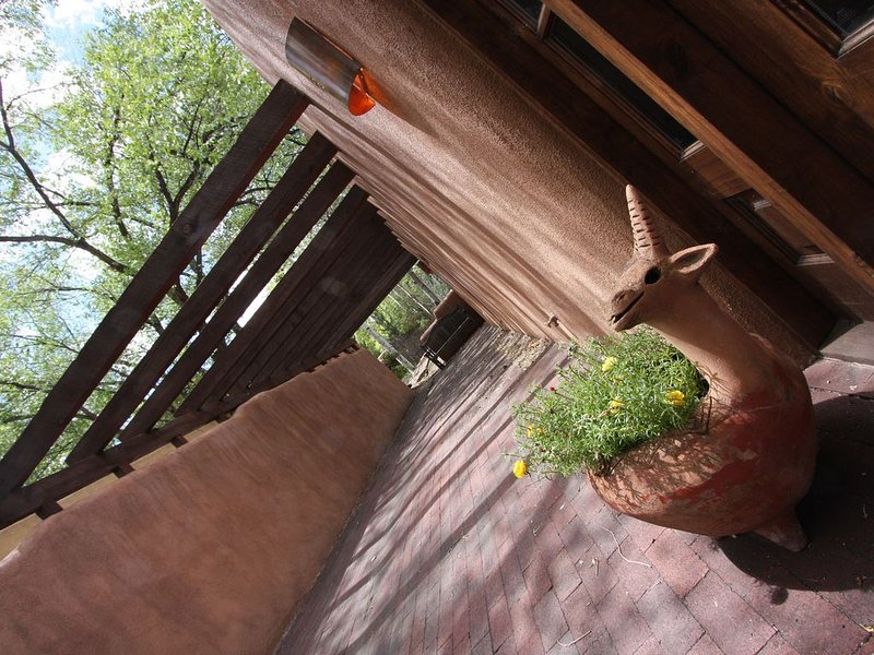 Walk to Canyon Road and Local Coffee Shops and Restaurants., holiday rental in Espanola