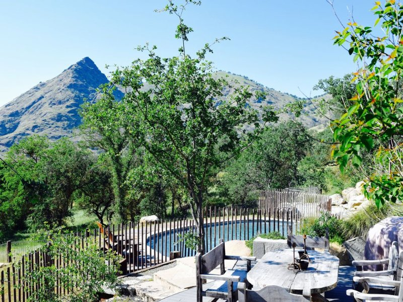 Secluded River Estate with 360 degree Mountain Views, alquiler de vacaciones en Three Rivers