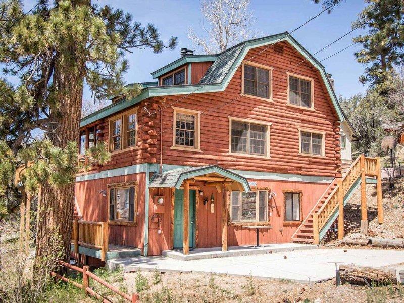 Bear Lodge~Tri-Level Quiet Fawnskin Retreat~Foosball/AirHockey~Lake-View Decks~, alquiler de vacaciones en Fawnskin