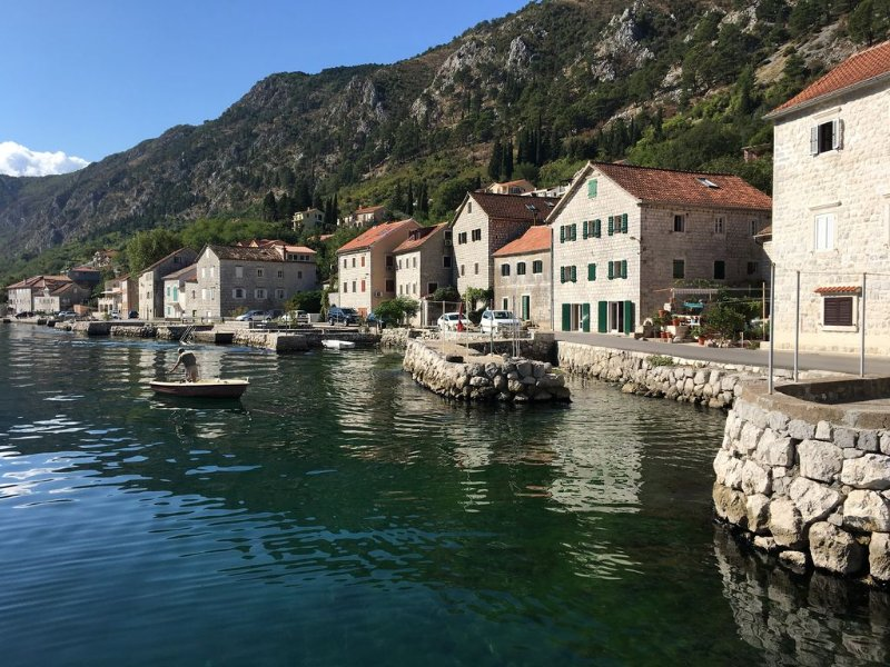 An ancient stone house 4 meters from the sea and a walk to Kotor., vakantiewoning in Gemeente Kotor