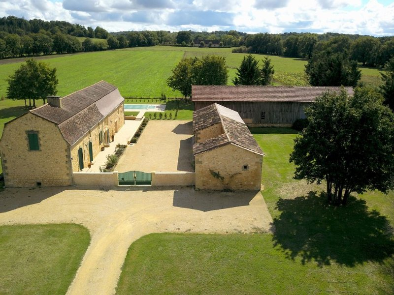 Luxury Restored Stone Farmhouse 'St. Joseph' with private pool on 2 acre park, location de vacances à Couze-et-Saint-Front