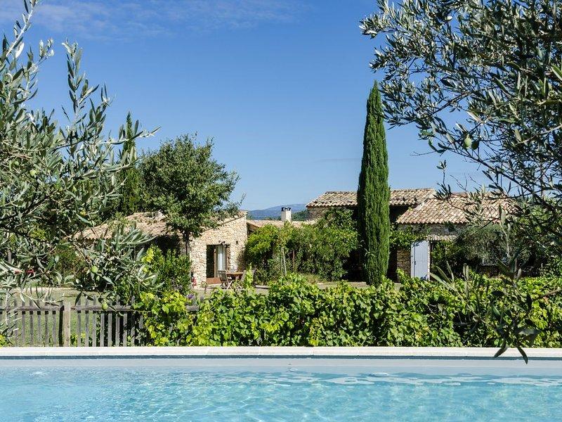 Maison de charme avec piscine au milieu des vignes dans le Luberon, aluguéis de temporada em Gordes