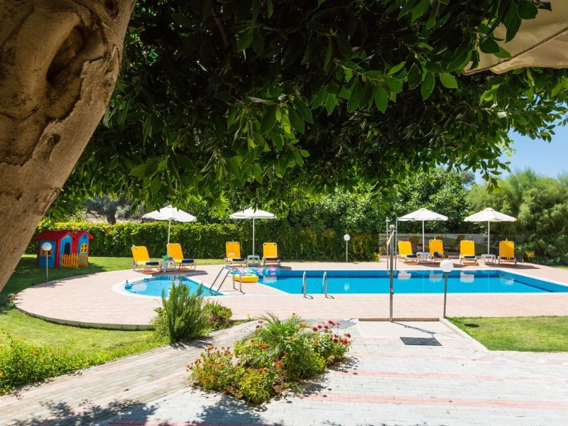 200 sqm Villa with Private Gardens and 60 sqm Pool, 2.5 km from the Beach, vacation rental in Skaleta