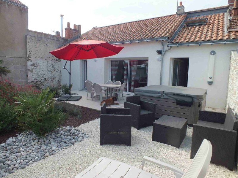 Maison entièrement rénovée, tout confort, proche plage, accès wi-fi gratuit., holiday rental in Loire-Atlantique
