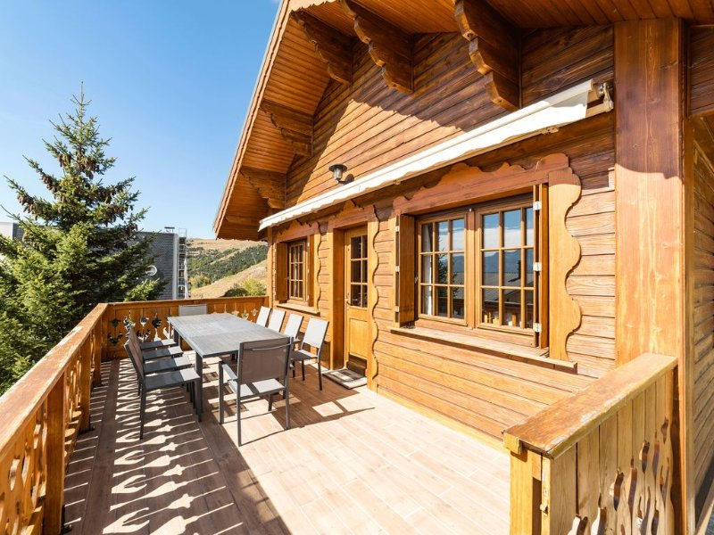 Luxury chalet in Alpe d'Huez on the slopes, close to shops, vacation rental in L'Alpe-d'Huez
