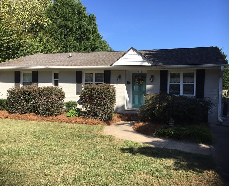 Walking distance to Reynolda House and Gardens. Close to Wake Forest University, holiday rental in Kernersville