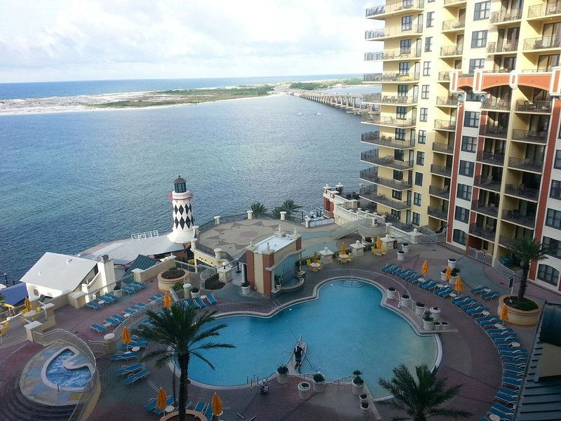 Emerald Grande 802�3BR/2BA Overlooking the Pool!���Free Beach Service, holiday rental in Niceville