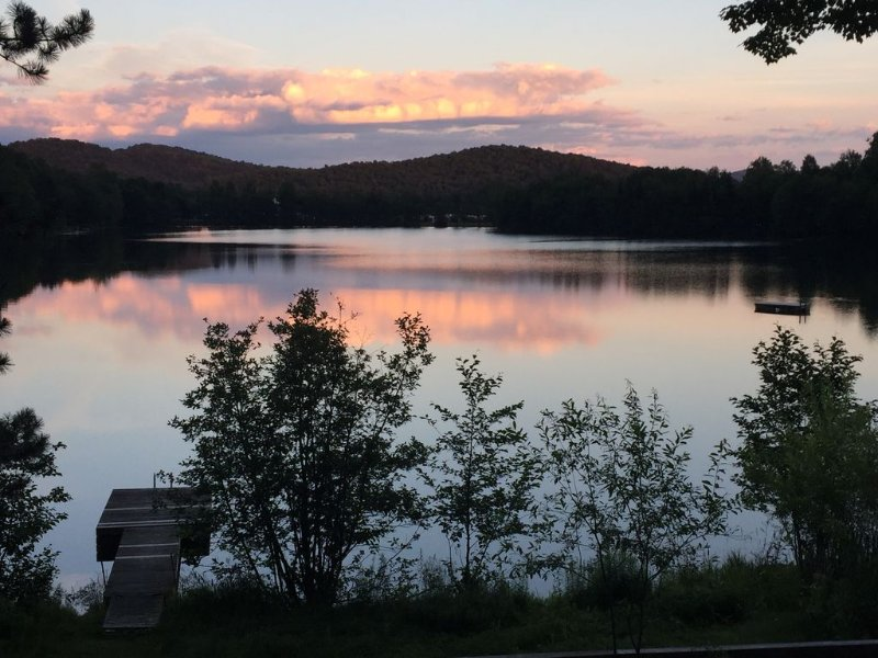 Lakefront home in Old Tremblant with hot tub, vacation rental in Riviere-Rouge