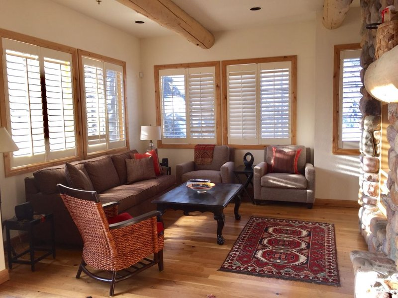 Ski to Lift, Walk  to Town on Bike Path, Private Hot tub!, holiday rental in Ketchum