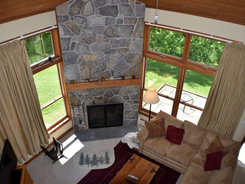 Trail Creek 3 bedroom +sleeping den ski home shuttle pool hot tub, vacation rental in Killington