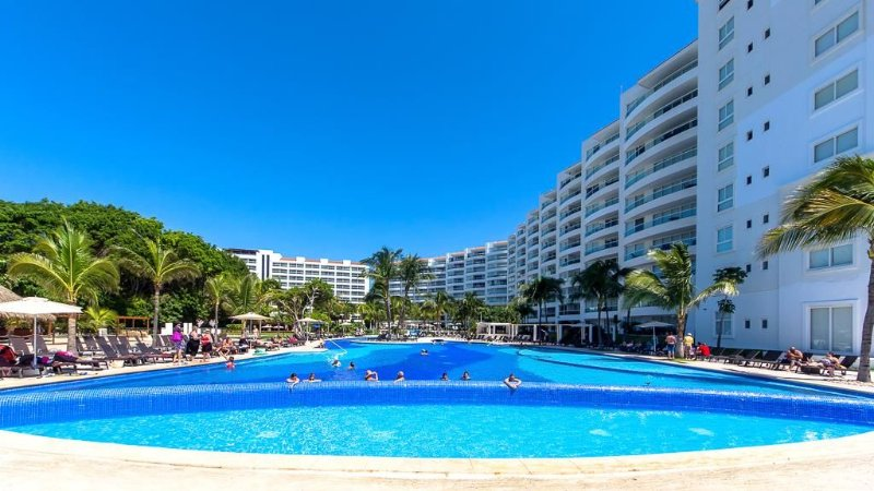 the complex has 4 swimming pools, restaurants, a spa onsite ( Dreams) and...