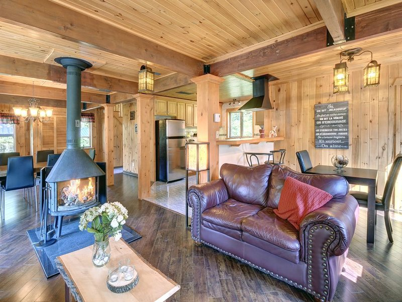 Warm all wood cottage with spa by the river, holiday rental in Val-des-Lacs