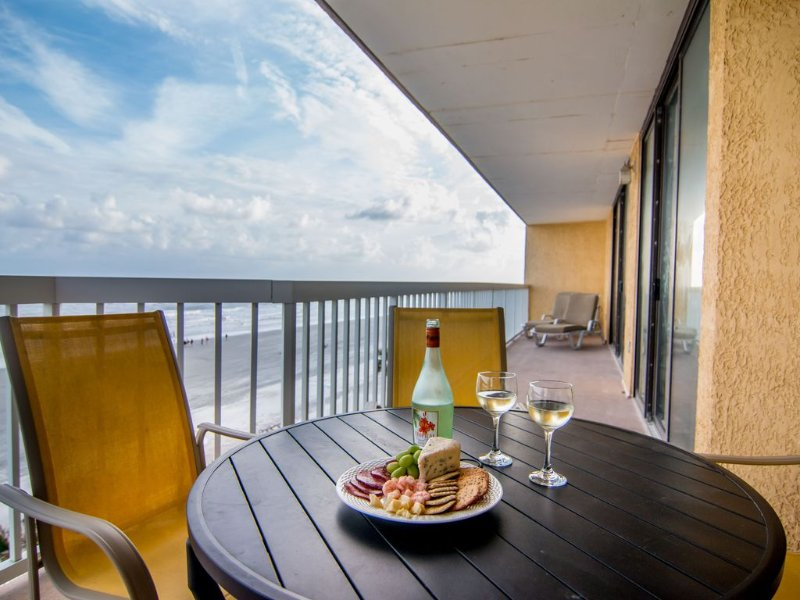 � Oceanfront Dream �   4 BR 4 BA  2 Master Suites, 35 Foot Balcony., holiday rental in Folly Beach