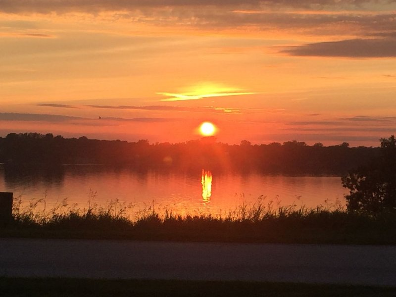# 9 Isle View- West-facing lake view, sunsets, fishing, kayaking, beach, golf!, holiday rental in Champlain