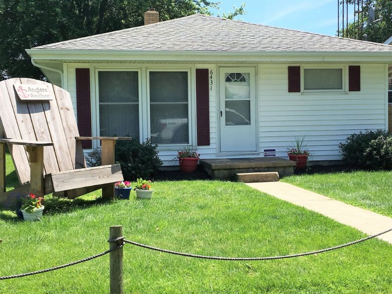 Cozy Cottage on Lake Erie (Near Port Clinton) Free WiFi, Beaches, Grill, Firepit, holiday rental in Oak Harbor
