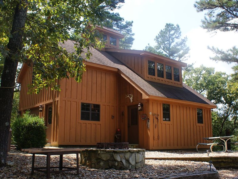 Secluded Cabin on 24 Acres On Big Sugar Creek in Pineville, Missouri, casa vacanza a Pineville