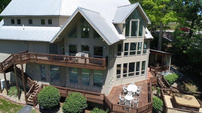 Czarnecky Home - Waterfront Home in Deerfield Resort, Private Dock, Hot Tub, vacation rental in La Follette