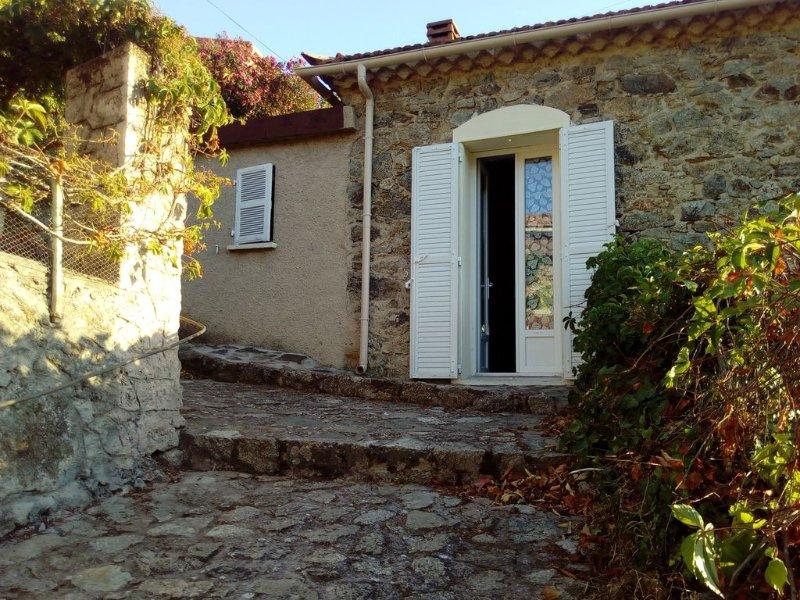 house of 100 m2 with a large stone terrace, location de vacances à Pietralba