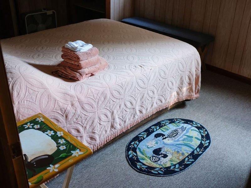 Dormitorio delantero en la casa principal del lago con baño en suite