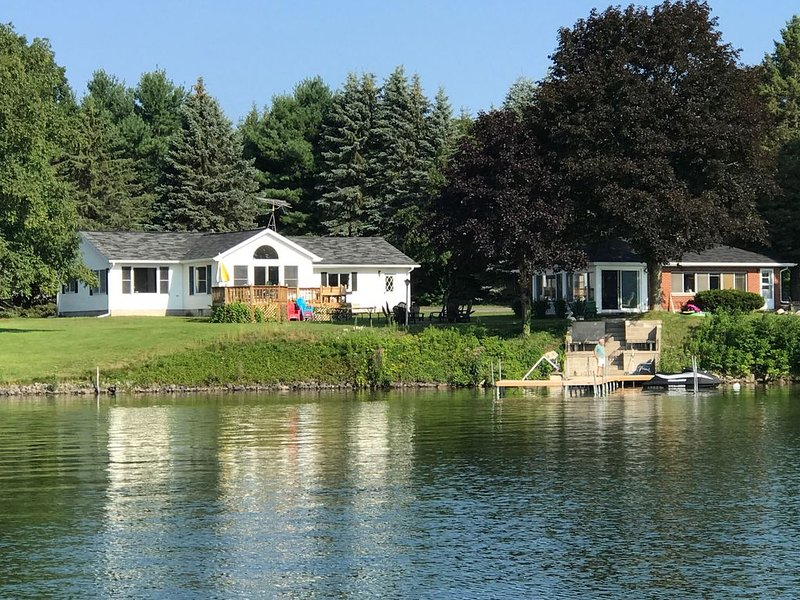 200 feet of pristine lake frontage & two cottages - One rental fee, vakantiewoning in Leelanau County