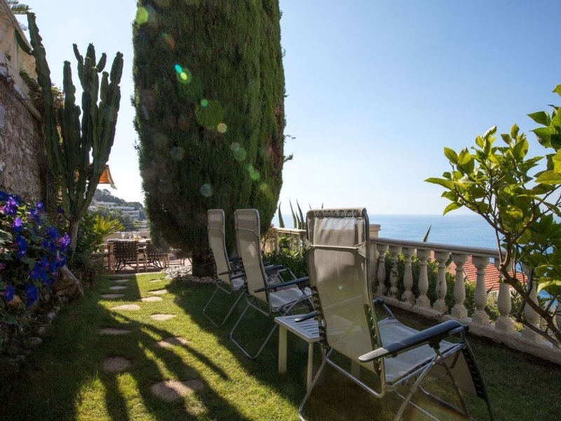 Luxury villa apartment with panoramic sea views and small private garden – semesterbostad i Nice
