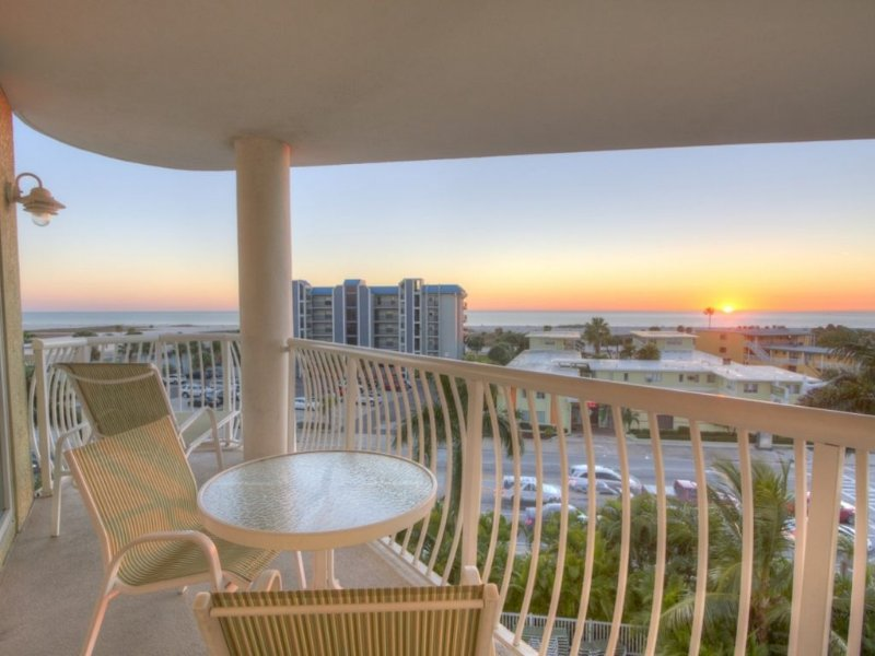 Fantastic Views from Balcony. Excellent Location. Beautiful Property Directly Ac, vacation rental in Treasure Island