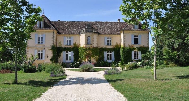Près de Bergerac, une élégante maison familiale du 19ème  siècle avec piscine, holiday rental in Monsac