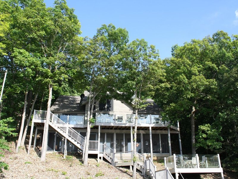 Tranquility - Lakefront 4 Bedroom Home in Quiet Area – MM 53 & 10 min. to Laurie, holiday rental in Stover