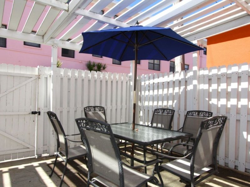 Special Extra Large Outdoor Patio Area. Easy Walk to Great Beaches, Shopping, an, holiday rental in St. Pete Beach