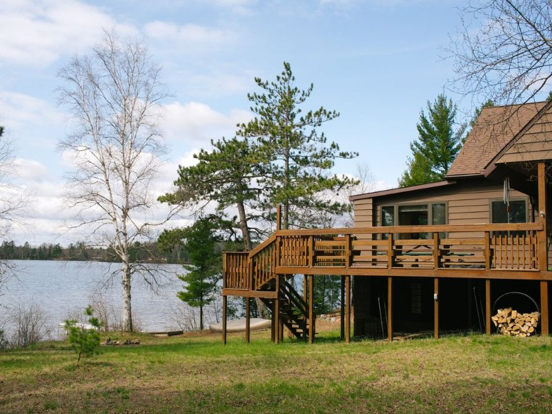 Charming lakefront cottage 20 minutes from Marquette!, holiday rental in Little Lake