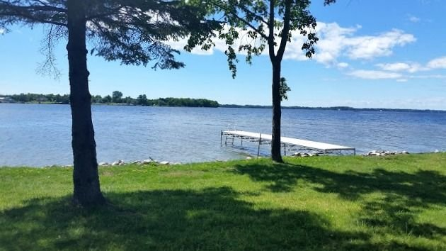 Summer dates open! Just remodeled-Brevort Lakefront Cottage- Sleeps 12, alquiler de vacaciones en Mackinac County