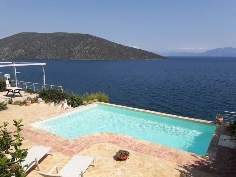 Villa-Skorponeria In Greece With Panoramic, Unobstructed View Of North Eubean Ba, location de vacances à Eubée