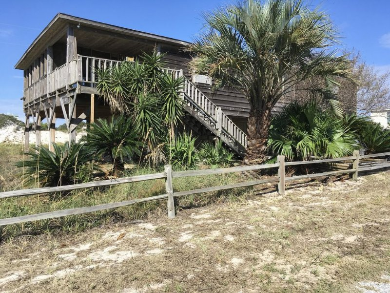 Gulf View With Short Walk to Uncrowded Beach On Private Road With Screened Porch, alquiler de vacaciones en Fort Morgan