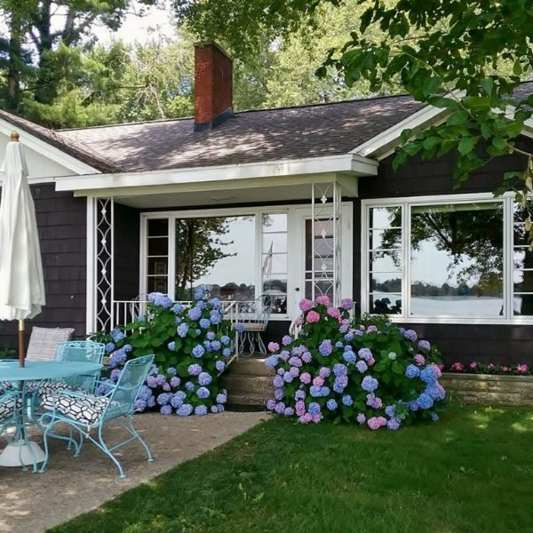 July 4 AV Mid-Century Kitch, A/C, Full Kitchen, Sleeps 8, Nice Flat Yard to Lake, alquiler de vacaciones en Allegan County