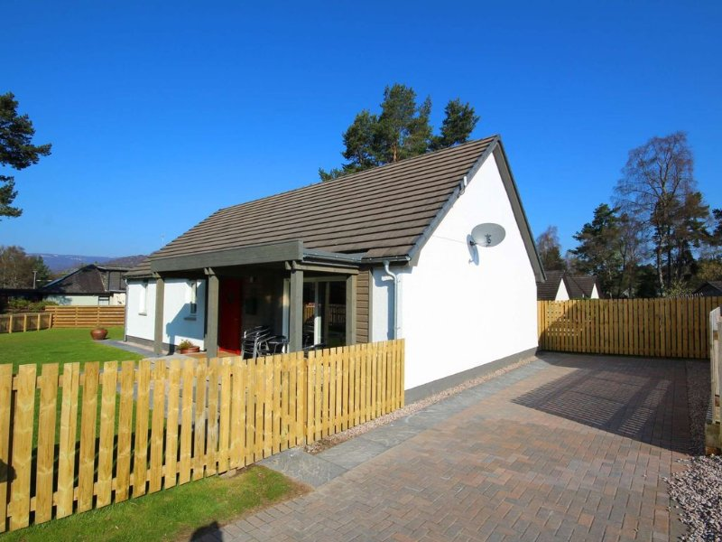 Luxury dog friendly holiday home with hot tub, holiday rental in Kincraig