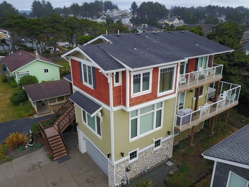 Beautiful Upscale Home just steps from the Beach w/VIEWS & ACCESS! SEE SPECIALS!, alquiler de vacaciones en Lincoln City