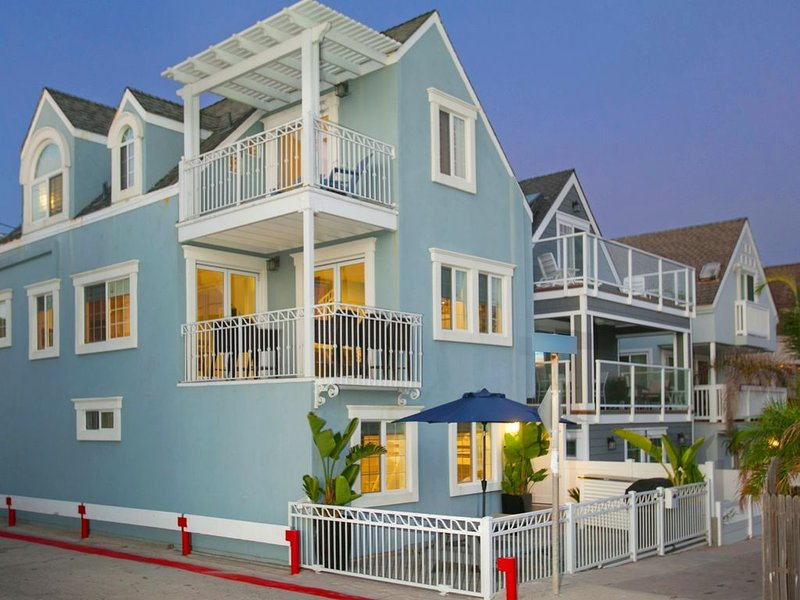 Mission Beach 4 BR - New Remodel - Steps to the Beach - Ocean Views - A/C - WiFi, vacation rental in San Diego