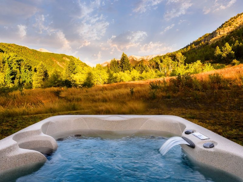 ***Elegant Mountain Cabin Getaway with Hot Tub and Air Conditioning!***, holiday rental in Big Timber