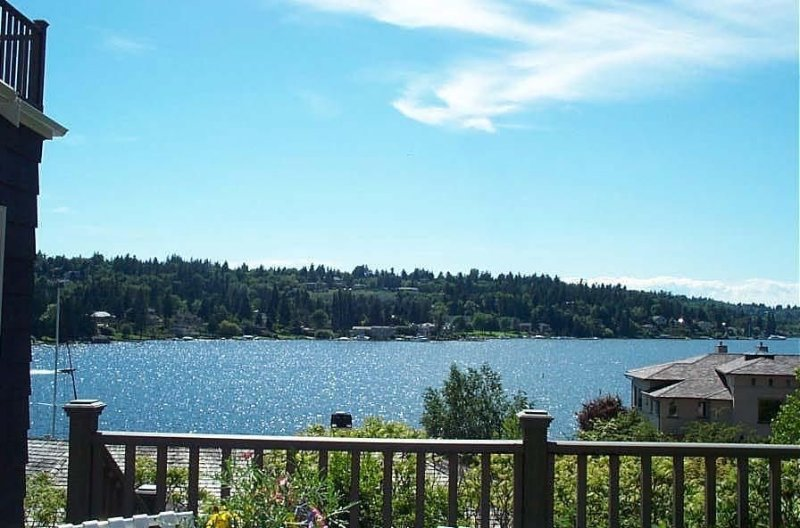 Ask 4 Coronavirus Specials!  Waterfront View Cottage w/ Lake WA Water Access—, holiday rental in Bellevue