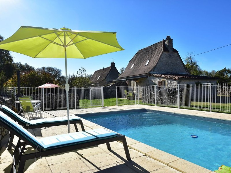 Authentic holiday home with private swimming pool and stunning view in France, holiday rental in Rignac