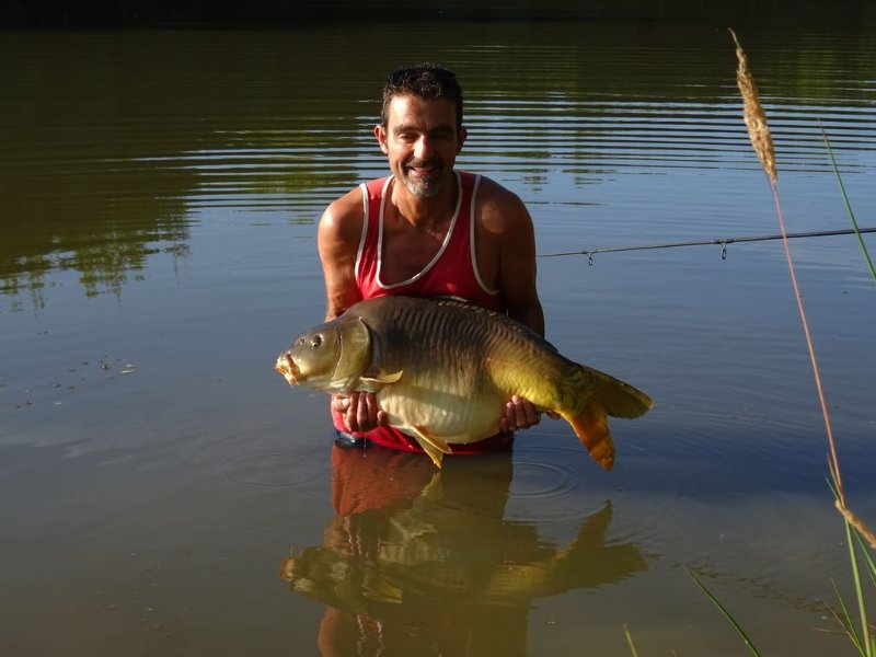 Exclusive 4 acre Fishing Lakes  With mobile home (£100 per wk ) and bait cabin, casa vacanza a Erbray