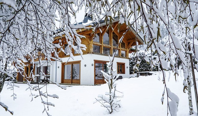 Spacious chalet for 10/12 with hot tub. Ideal for families, skiing, biking, golf, location de vacances à Les Gets
