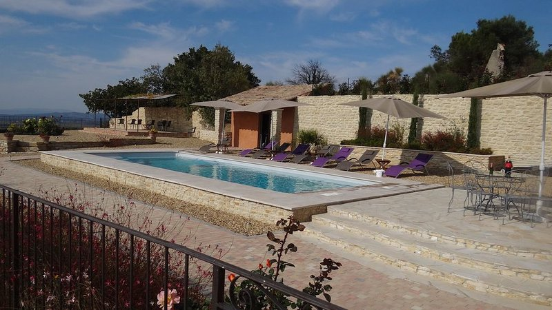 Grand Mas avec piscine chauffée pour 10 pers, 3 Salles de Bains  vue panomarique, holiday rental in Cairanne