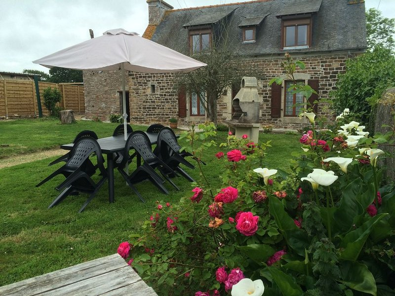 quiet country house with garden, 800m from the sea, near Brehat, holiday rental in Paimpol