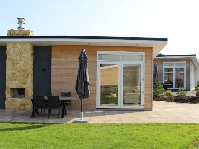 Luxury and modern villa in a green holiday park between Maastricht and Valkenbu, vacation rental in Eckelrade