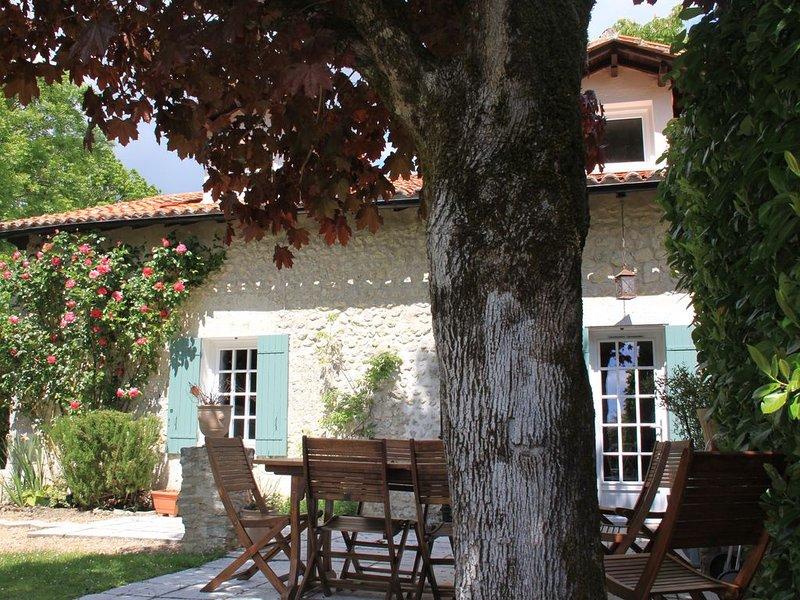 Maison en pierre pour 6 personnes, piscine privée et chauffée, holiday rental in Allemans